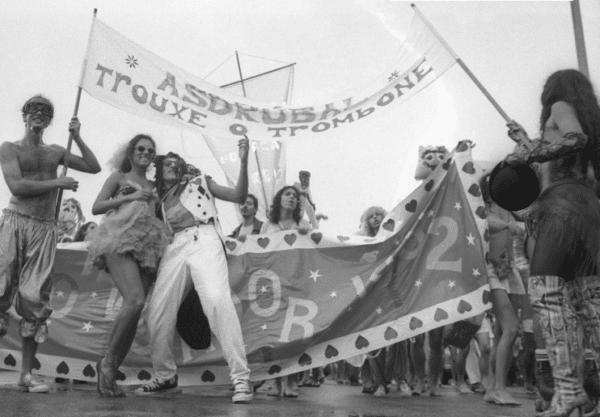 Os integrantes do grupo Asdrúbal Trouxe o Trombone anunciam a chegada do Circo ao Arpoador durante a Surpreendamental Parada Voadora, Praia de Ipanema