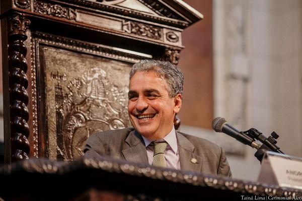 Deputado André Ceciliano sorri