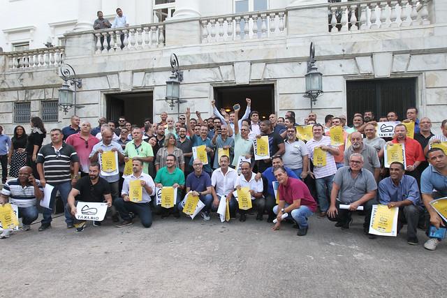 Crivella posa para fotos com taxistas no Palácio da Cidade