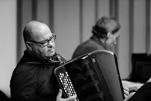 Jean-Marc Fabiano (acordeão) e Patrick Zygmanowski (piano), integrantes do trio Innova (Foto: Takeshi Matsumoto)