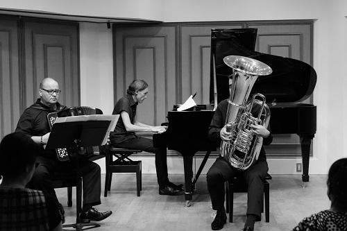 David Zambon (tuba), Jean-Marc Fabiano (acordeão) e Patrick Zygmanowski em ação (Foto: Takeshi Matsumoto)