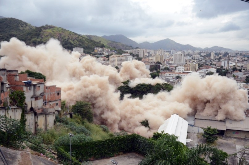 Implosão do prédio do IBGE na Mangueira