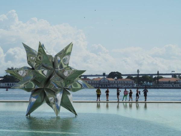 estrela no espelho d´água do museu do amanhã no Porto Maravilha