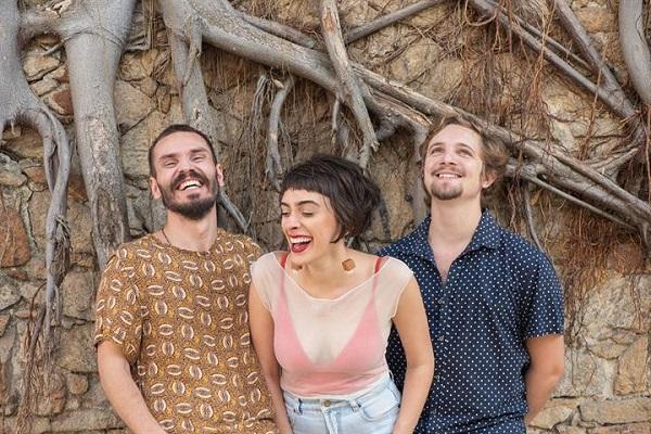 A potiguar Juliana Linhares forma o badalado trio com os músicos cariocas Frederico Demarca e Rafael Lorga (Foto: Divulgação)