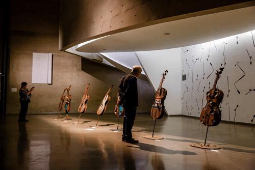Instrumentos em exposição na Cidade das Artes em uma das edições do Rio Cello (Foto: Divulgação)