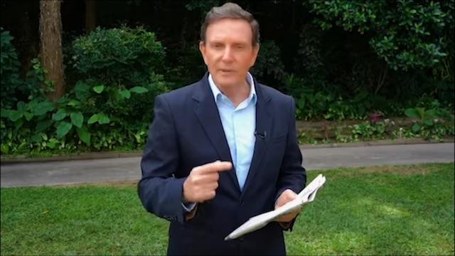 Crivella com exemplar do Globo na mão (reprodução da internet)