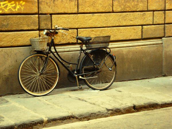 bicicleta encostada à parede. Velo-city 2018