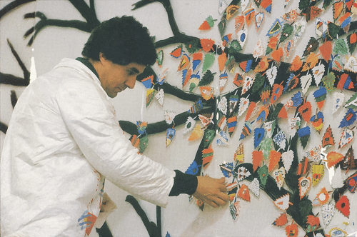 """Primeira etapa de montagem de instalação participativa """"A Árvore"""", na Escola da ONU, em Nova Iorque, em 1990. (Foto: Acerto Otávio Roth)"""