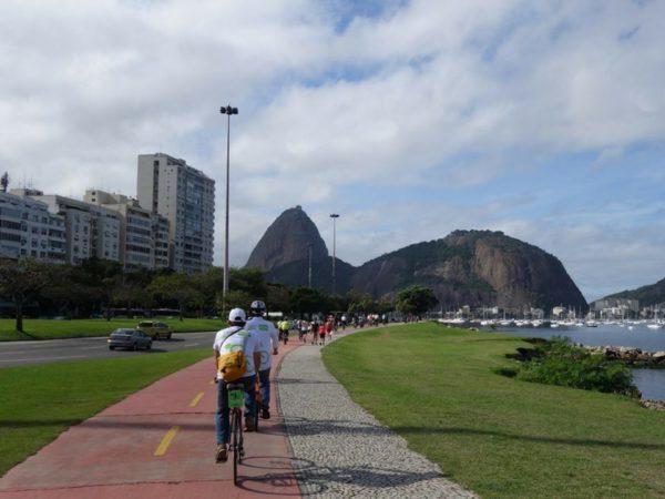 ciclistas pedalam em direção ao Aterro do Flamengo (Velo-city)